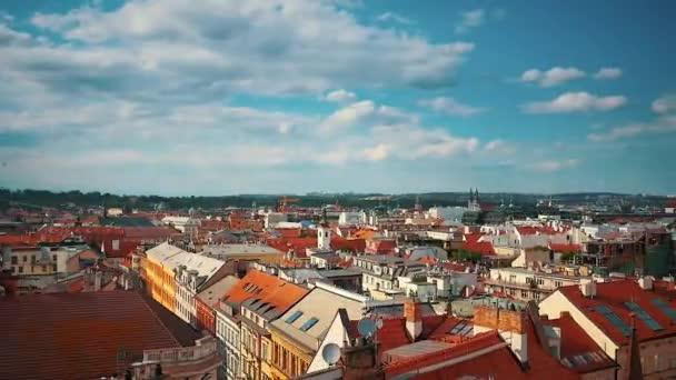 Vzdušný, letící nízko nad oblast starého města v Praze, Česká republika