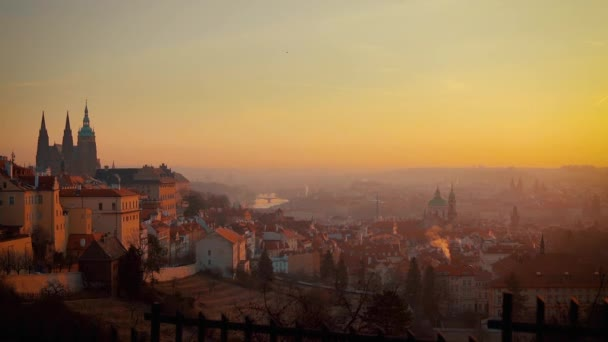 Krásný pohled Prahy za úsvitu na mlhavé ráno. Pražský hrad a katedrála svatého Víta