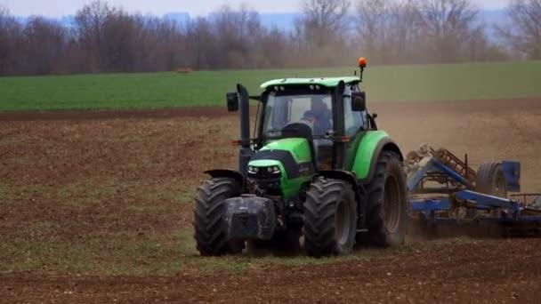 Nelahozeves, Česká republika - 27.03.2019:Tractor pěstování pole. Příprava pěstování zemědělství průmysl půdy pro výsev semen nebo výsadby. Traktor orání pole.
