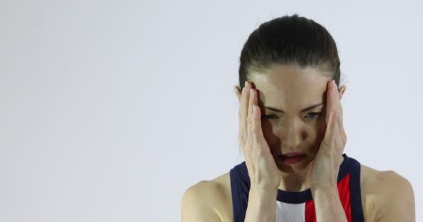Atraktivní žena ukazuje pocity smutku, úzkosti, zoufalství nebo deprese. Řeč těla a rukama