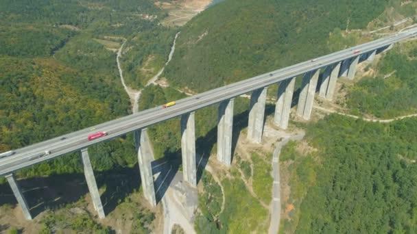 Letecký pohled na dálniční provoz Hemus na viaduktu přes Vitinya průsmyk