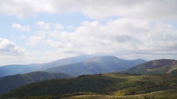 Zelené hory. Zatažená obloha a kopcovitá louka. Panning. Krásný panoramatický pohled