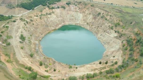 Otevřete důlní jámu poblíž cara Asena v Bulharsku. Pohled shora dronů