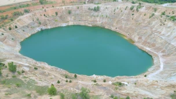 lomový otevřený měděný důl naplněný modrou vodou v Bulharsku, pohled shora