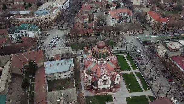 Gyönyörű zsinagóga a meztelen téli fákkal körülvéve a Jakab és komor tér zsinagógája egy magyar szecessziós zsinagóga Szabadkán, Szerbiában. Európa második legnagyobb zsinagógája. (4k 25fps 70mbps)