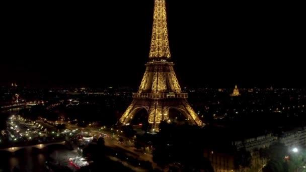 Letecká blízkou střela Eiffelovy věže v noci Paříž, letecká blízkou střela Eiffelovy věže v noci