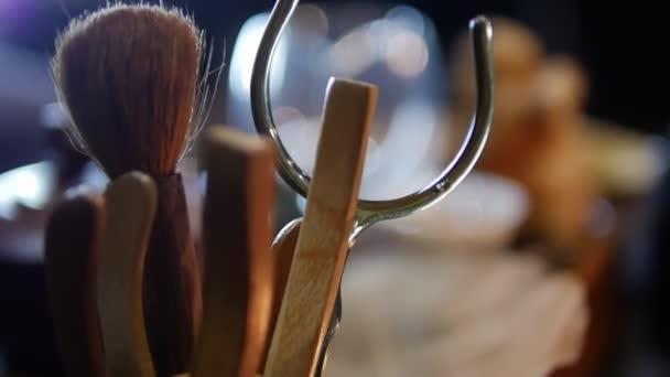 Mistr připravuje čajový obřad, čínskou čajovou konvici, dřevěnou tyč.