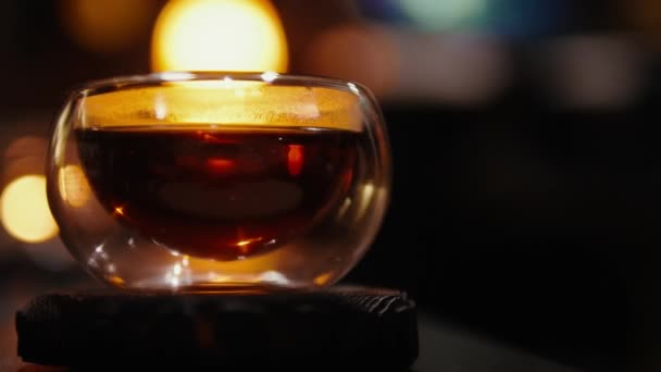 Čajový obřad, dvojitý skleněný pohár, dýka.