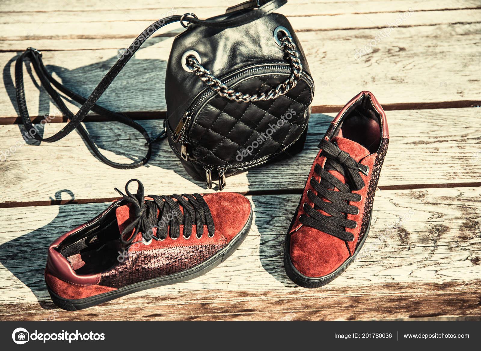 sale retailer 060fc 286fc Sneakers Camoscio Rosso Nero Zaino Moda Femminile — Foto ...