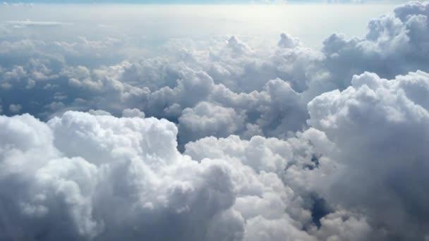 Mraky z okna letadla. Pohled na mraky z okna letadla, 4k video záběry