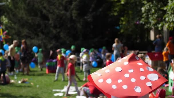 Děti hrají v parku hřiště