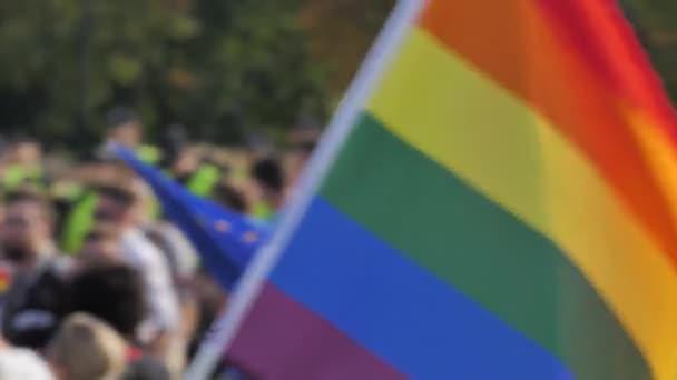 Duhová vlajka Lgbtq rozostření dav v pozadí