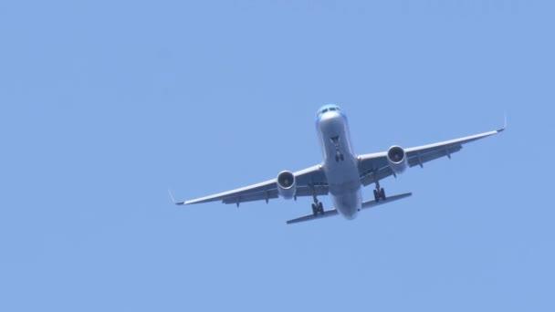 großes Passagierflugzeug fliegt in blauem Himmel