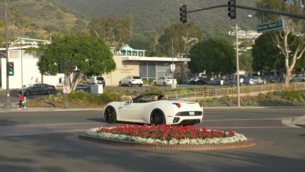 Bílé ferrari auto kabriolet s odvážným řidičem pocházející z hotelu Luxury Spa Resort Montage Laguna Beach California Leden 2020