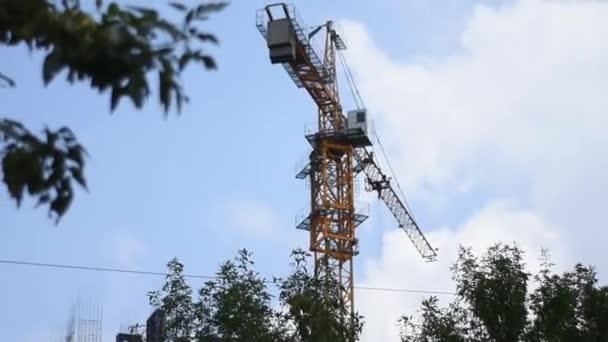 Egy építési daru működik egy kék eget, és egy befejezetlen épület. Toronyház daru beépítéséhez