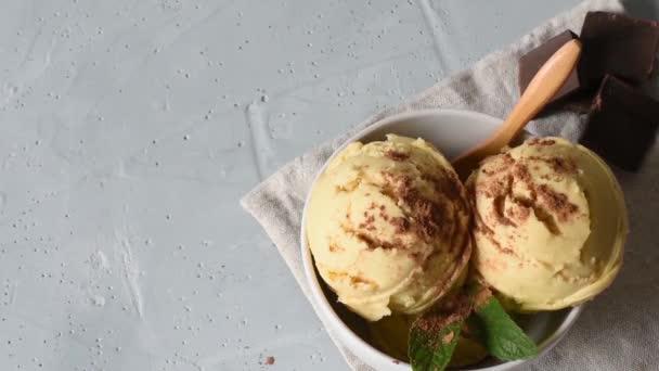 Domácí organická vanilková zmrzlina na světlé pozadí s posypané čokoládou.