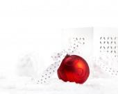 Vánoční červené koule ve sněhu s rozmazané pozadí a volný prostor pro text. Oslavná výzdoba. Koncept dovolené.