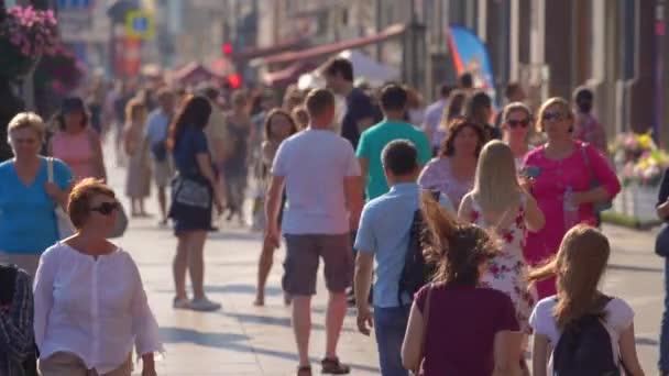 Saint-Petersburg, Oroszország-július 17 2018:4 k, gyalogosok Nevsky Prospect mozog a július 17, 2018-ban a Saint-Petersburg, Oroszország