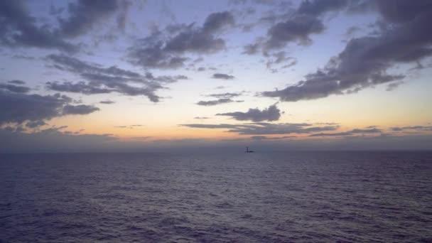 Výhled na moře a maják ve východu slunce