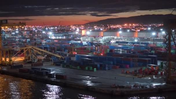 Barcelona, Spanyolország-november 09, 2018-konténerszállító hajók és dokkok rakodásra és kirakodásra szolgáló daruk 4k-ban