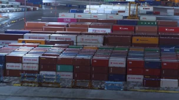 barcelona, spanien - november 09, 2018 - container warten auf beladung auf frachtschiffe und docks mit kränen in 4k