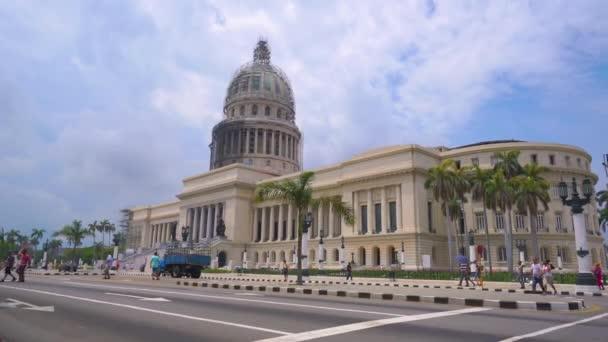 Havana, Kuba-13. května 2018-El Capitolio, nebo národní budova Capitol s ročními americkými auty a lidmi v ulicích 4 k