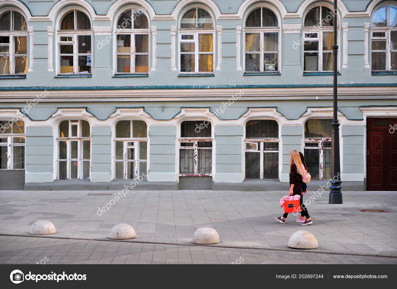 057f98ad623e68 Moskau Russland Juni Zwei Frauen Der Straße Von Moskau Juni — Stockfoto