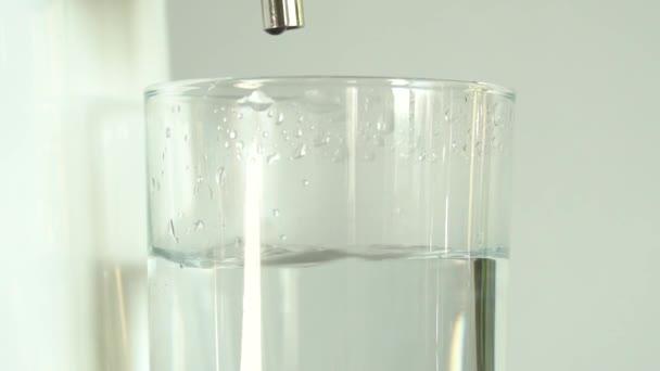 Výroba čisté vody nebo alkoholu. Tabulka doma nebo chemické laboratorní Distilleru pro výrobu čisté vody. Proces čištění tekutiny. Voda padající do skla. Zpomalený pohyb, zblizka