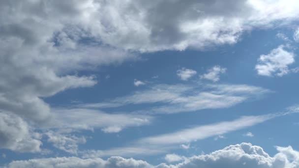 Jen nebe. Krásné panorama modré oblohy s bílými mraky. Uvolňující pohled na pohybující se transformující se mraky. Full Hd Time Lapse