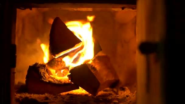 Hořící krb. Teplý útulný hořící oheň v cihlovém krbu blízko. Útulné pozadí.