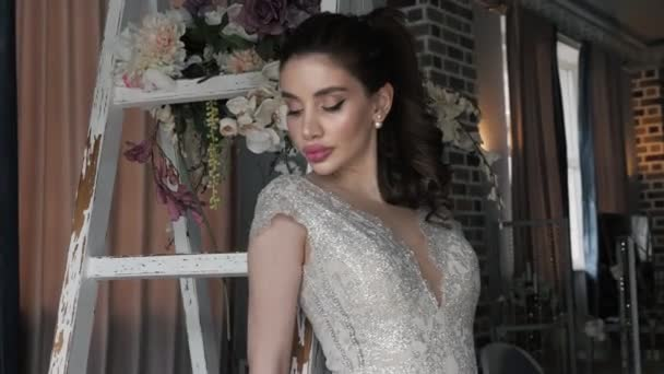 Nádherná dívka s make-upem na bílém dřevěném žebříku
