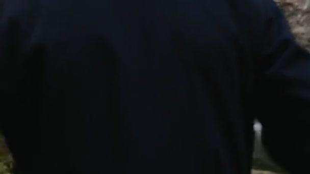 Bergsteiger in weißer Papakha greift mit Dolch an, verliert aber
