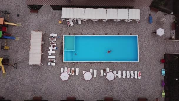 Z výše zobrazeného bazénu. Zobrazení shora dolů