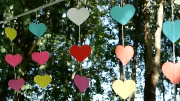 Dekorace ve formě srdcí visely v zahradě