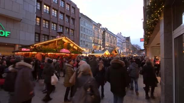 Weihnachtsmarkt und Einkaufsstraße