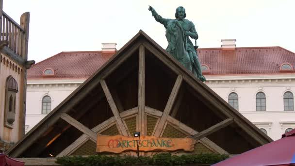 Weihnachtsmarkt und Statue