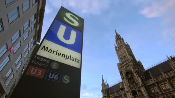 Marienplatz-Schild und Rathaus