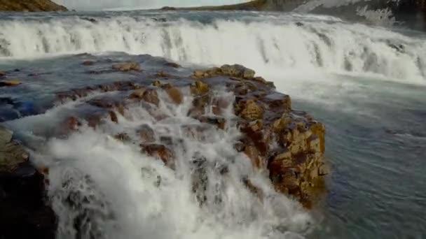 Skalnatá část Gullfoss vodopádů