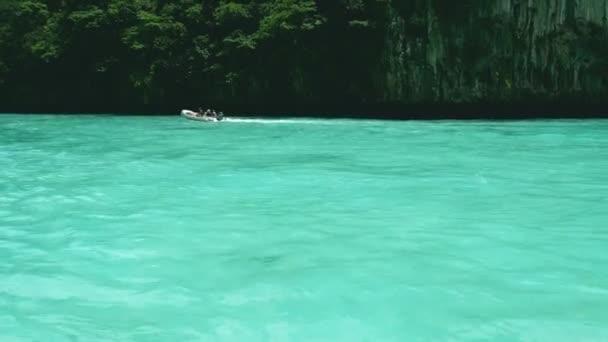 4k. záběry z rychlodáků s turistickým plavebním člunem na průzračné modré moře mezi ostrovy v Andamanském moři, Phuket, Thajsko. Phuket je nejoblíbenější ostrov pro turisty, který navštěvuje