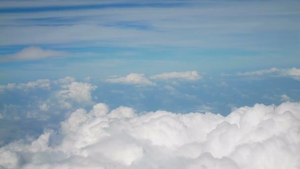 4k letecký pohled. let nad načechraných bílých mračen modrá obloha. pozadí s Cloudscape