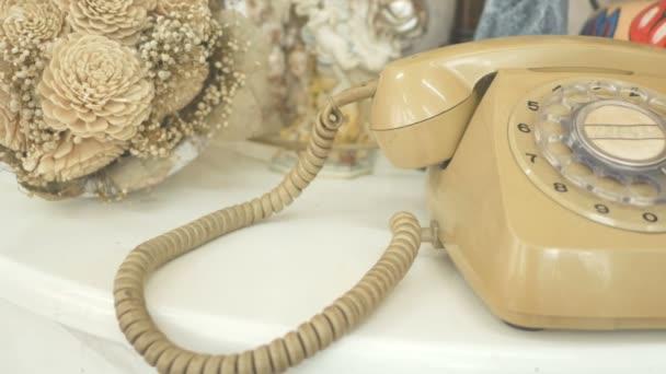 4k. Dolly pro telefonický styl retro-ročníku. filmová barviva pro vinobraní. stará telekomunikační technologie