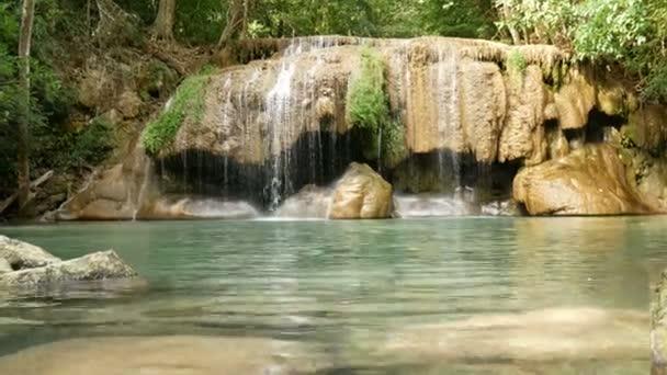 Erawan vodopád, populární turistická atrakce v Kanchanaburi v Thajsku. Erawský vodopád je vodopád v tropickém deštných lesích, oblíbený jak thajskými, tak zahraničními turisty..