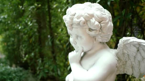 követés lövés gyönyörű zöld kert szobra fehér angyal. lakberendezési és kerttervezés koncepció