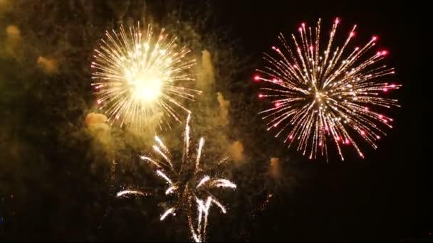 4k Filmmaterial von Nahaufnahme echtes buntes Feuerwerk Festival leuchtet in den Himmel bei dunkler Nacht Szene für Feiertagsfest und Feier Hintergrund