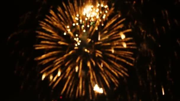4k Filmmaterial abstrakte Unschärfe der Nahaufnahme echtes buntes Feuerwerk Festival leuchtet in den Himmel bei dunkler Nacht Szene für Feiertagsfest und Feier Hintergrund
