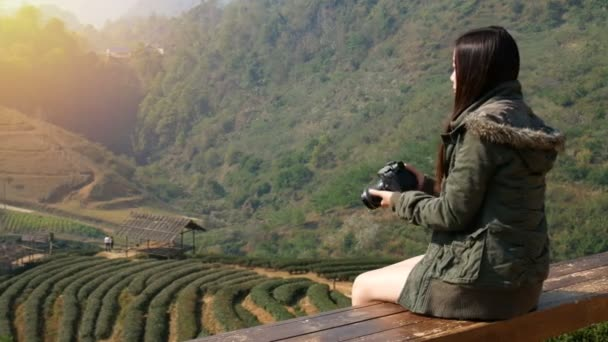 4k felvételeket a boldog ázsiai turista nő fotózás gyönyörű természet a tea területén ültetvény Ázsiában a digitális fényképezőgép a napkelte idő. utazási és szabadságolási koncepció