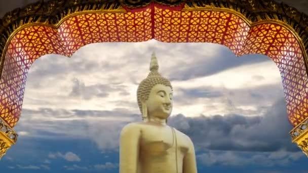 4k felvételeket. nagy nagy teljesítményű Buddha szobor arany színű ajtókeret Arch és szép idő telik el az ég felhős naplementekor vagy napfelkeltét idő a háttérben. Buddha kép buddhisták