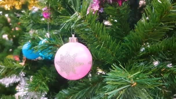 na vánočním stromku zdobí barevné ornamenty. na pozdrav video pozadí