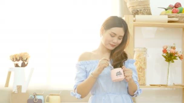 4k. krásná asijská žena si v noci ráda pije kávu se Veselý obličej u okna s ranním slunečním světlem