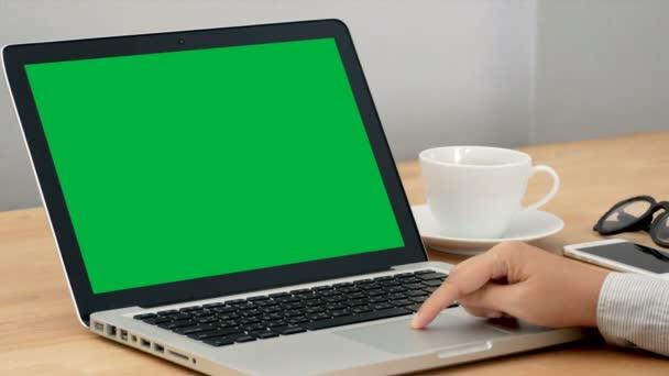 4k. úzká žena pracující s notebookem notebooku, pomocí prstu s klávesnicí a touchpadem pro posunutí a přiblížení, oddálení. přenosný počítač s prázdným zeleným klíčem Chroma.